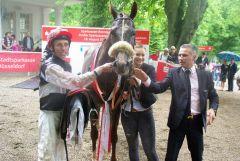 Das Siegerteam im Großen Sparkassenpreis - Si Luna mit Jockey Eddy Hardouin und Trainer William Mongil. www.dequia.de