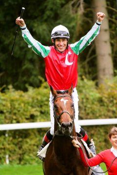 Der jetzt siebenjährige Hengst Zazou gewann im Vorjahr mit Jockey Alexander Pietsch  zählt auch in diesem Jahr wieder zu den Favoriten. www.duesseldorf-galopp.de - www.klatuso.com - Tuchel