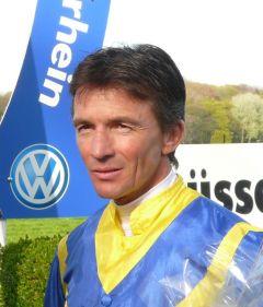 Jockey Adrie de Vries in Düsseldorf am 10.04.2011. Foto Gabriele Suhr