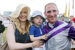 Jockey Andrasch Starke mit Frau Vanessa und Sohn Henning nach dem Sieg im IDEE 146. Deutsches Derby. www.galoppfoto.de - Frank Sorge