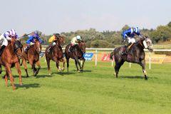 Nun heißt der Sieger in der 146. Goldenen Peitsche doch Donnerschlag (links unter Marc Lerner). www.galoppfoto.de