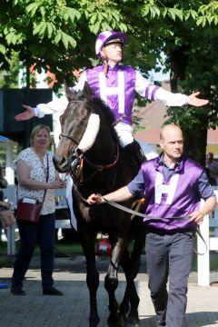 Der Champion hat zugeschlagen: Filip Minarik auf Palace Prince. www.galoppfoto.de