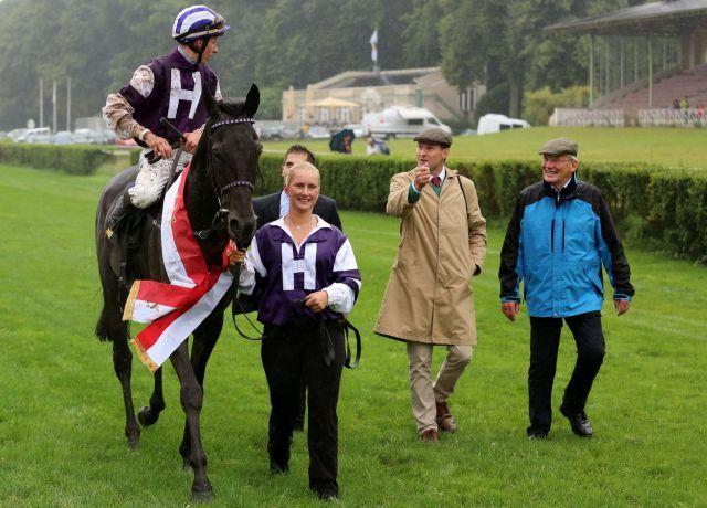 Trainer Andreas Löwe (rechts) und Höny-Hofs Gestütsleiter Simon Minch mit ihrem Gruppesieger Palace Prince. Foto: Dr. Jens Fuchs
