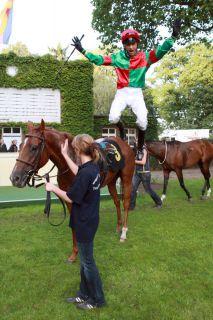 """Bei fünf Siegen an einem Tag 2008 in Hoppegarten gab's einen """"flying dismount"""" von Andre Best. www.galoppfoto.de"""