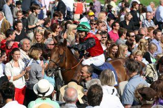 Siege in Baden-Baden sind etwas Besonderes - Andre Best 2012 mit Turgenjew beim Bad in der Menge. www.galoppfoto.de