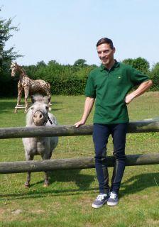 """Lennart Hammer-Hansen mit """"Rasenmäher-Pony"""" beim TT-Interview in Warendorf. Foto: Karina Strübbe"""