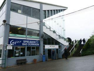 Platzsparend: Das Tribünengebäude in Seitenansicht mit angeschlossener Waage. Foto: Karina Strübbe