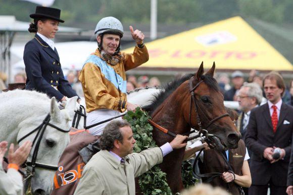 Waldpark, Jockey Jozef Bojko und Trainer Andreas Wöhler nach dem dritten Ravensberger Derbysieg beim IDEE 142. Deutschen Derby 2011. www.galoppfoto.de: www.galoppfoto.de