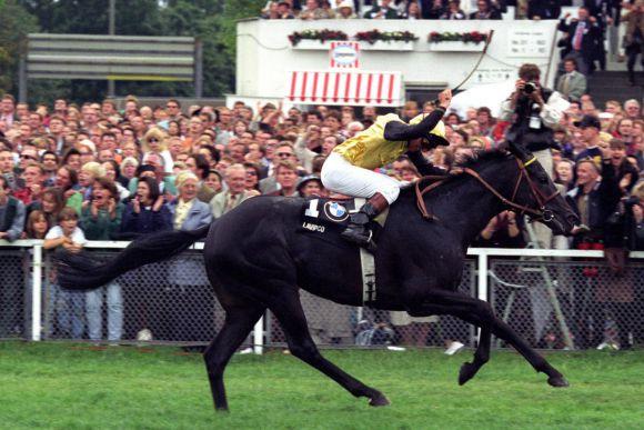 Der größte Erfolg als Jockey: Der Derbysieg mit Gestüt Fährhofs Lavirco 1996. www.klatuso.com