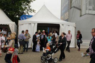 In diesem Jahr mit Zelt: Der Eingang der Hamburger Rennbahn. Foto Catrin Nack