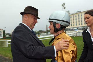 15 Jahre lang war Jozef Bojko Jockey bei Hubertus Fanelsa, der gratulierte  nach dem Derbysieg mit Waldpark als einer der ersten - sichtlich gerührt. www.galoppfoto.de: undefined