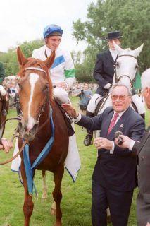 Eine ganz besondere Beziehung: Drei Derbies gewann Andrasch Starke für den Stall Blankenese. Hier das Samum-Derby im Jahr 2000 mit Franz Günther von Gaertner am Zügel. www.galoppfoto.de