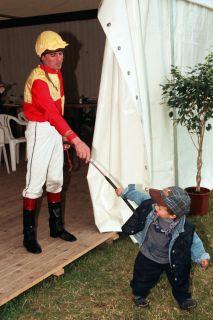 Auf der Rennbahn groß geworden: Dennis 1996 mit seinem Vater Peter Schiergen in Bad Doberan. www.galoppfoto.de - Frank Sorge