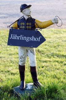 Jockeyfigur dient als Wegweiser. www.galoppfoto.de