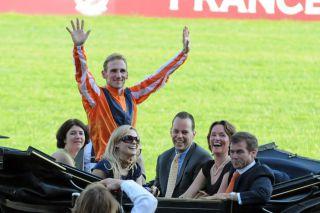 Kutschfahrt des Siegerteams nach dem Sensationserfolg mit Danedream in Longchamp. www.galoppfoto.de