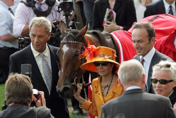 Mit ihr kam das Comeback: Light Shift nach dem Sieg in den Vodafone Oaks 2007 mit Henry Cecil (links) und Besitzerin Maria Niarchos. www.galoppfoto.de - Frank Sorge