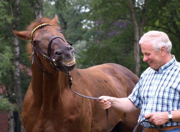 Sabiango: Neben Tiger Hill der zweite Deckhengst im Gestüt Fährhof, hier noch mit dem in 2011 pensionierten langjährigen Gestütsleiter Herbert Kahrs. www.dequia.de