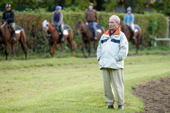 Jetzt heißt es Abschied nehmen: Trainer Uwe Ostmann beobachtet seine Pferde bei der Morgenarbeit, Mülheim 2007. www.galoppfoto.de - Frank Sorge